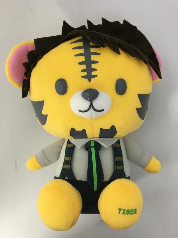 アニメキャラクターに扮した虎のぬいぐるみ